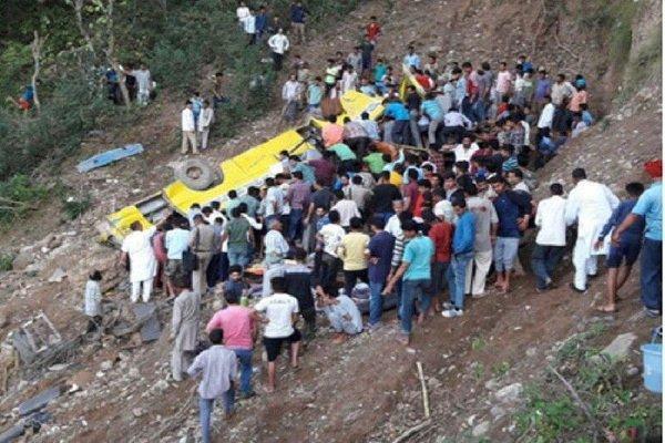 سقوط مینی بوس به دره ای در کشمیر با 52 کشته و زخمی